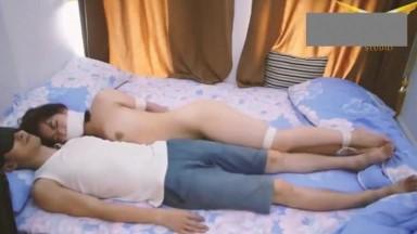 白皙美少妇独居遭匪徒入室捆绑全裸陪睡