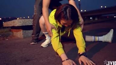 健身教练把正在做夜跑运动的少女操了